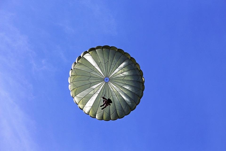 parachutist-2183308_960_720.jpg