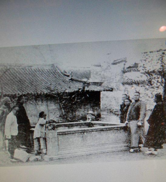 1878年靜安寺前的湧泉.jpg