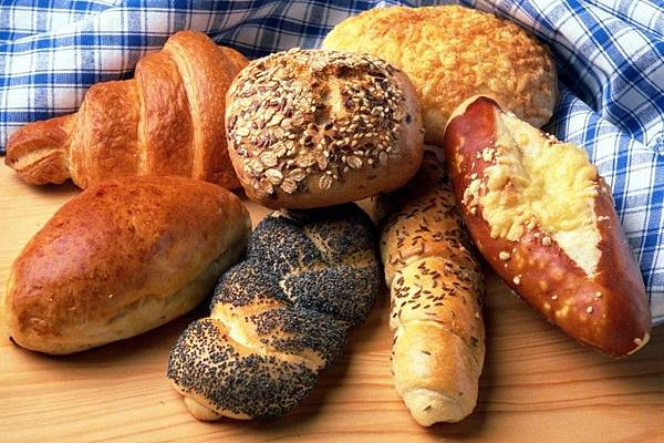bread-and-buns-on-table.jpg