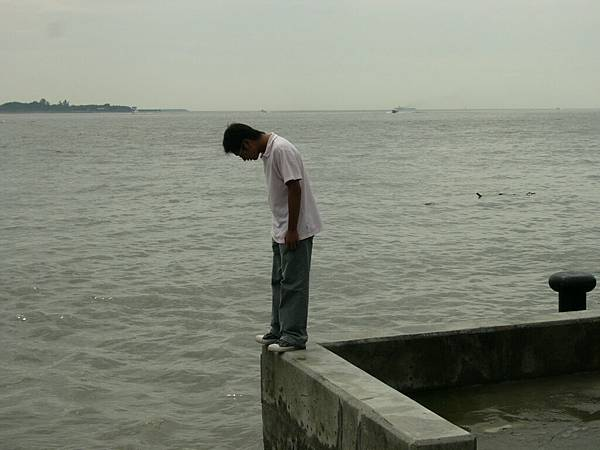 一失戀男子在淡水河邊..因情緒低落.欲跳河自盡!