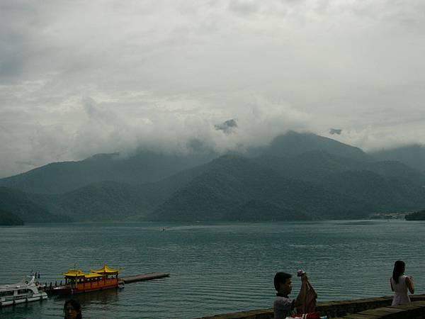 對面的山..雲霧繚繞