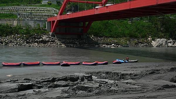 橋下的橡皮艇