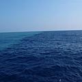 海上兩種顏色交會的地方