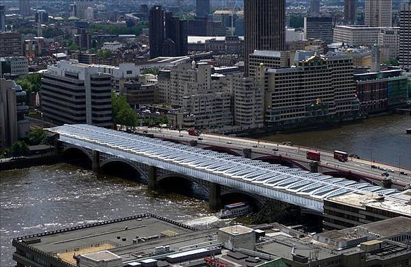 Worlds-Largest-Solar-Bridge-Crosses-The-River-Thames-3.jpg