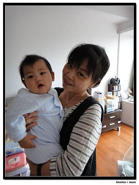 2011-11-26-01 小J與外婆.JPG
