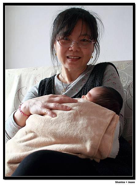 2011-04-04_02 小小J與外婆.JPG