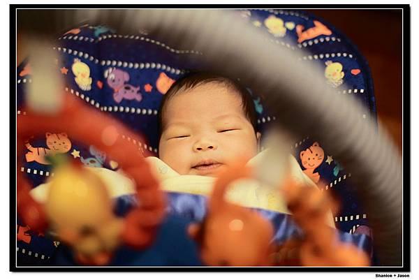 2011-04-04_14 小小J安撫椅初體驗.JPG