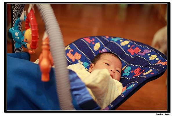 2011-04-04_13 小小J安撫椅初體驗.JPG