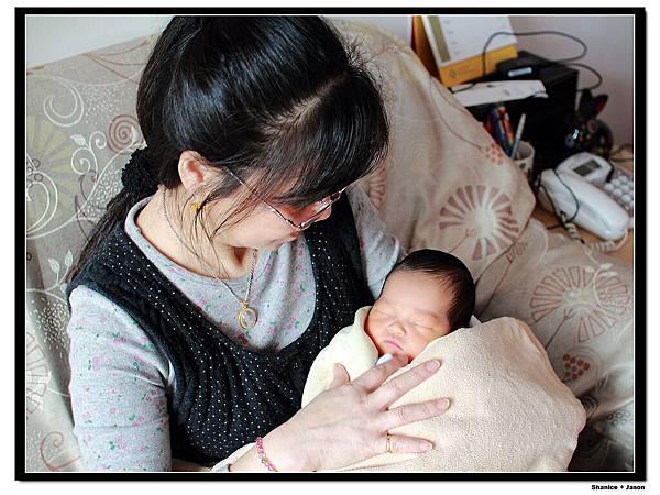 2011-04-04_01 小小J與外婆.JPG