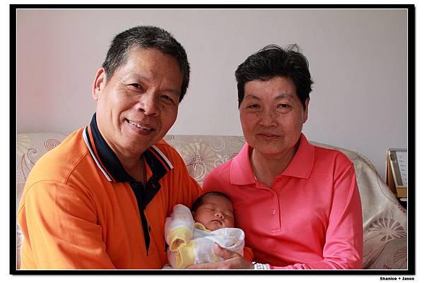 2011-04-04_11 爺爺+奶奶+小小J.JPG
