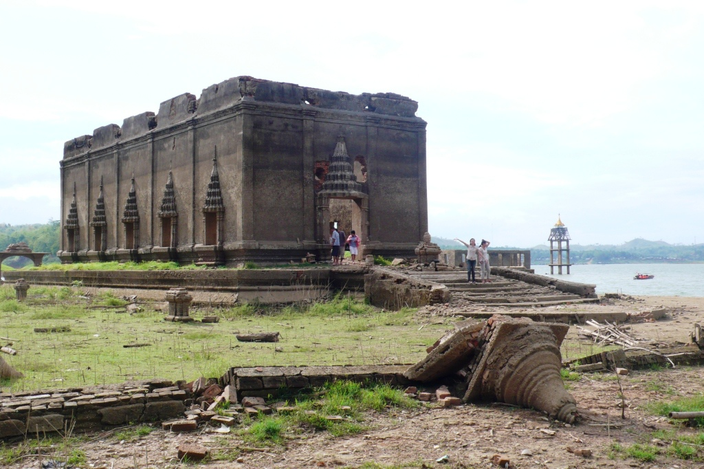 Sunken_temple_sangkhla.jpg