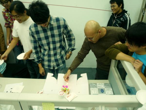 大大的蛋糕盒裡竟然是…(赫)!!
