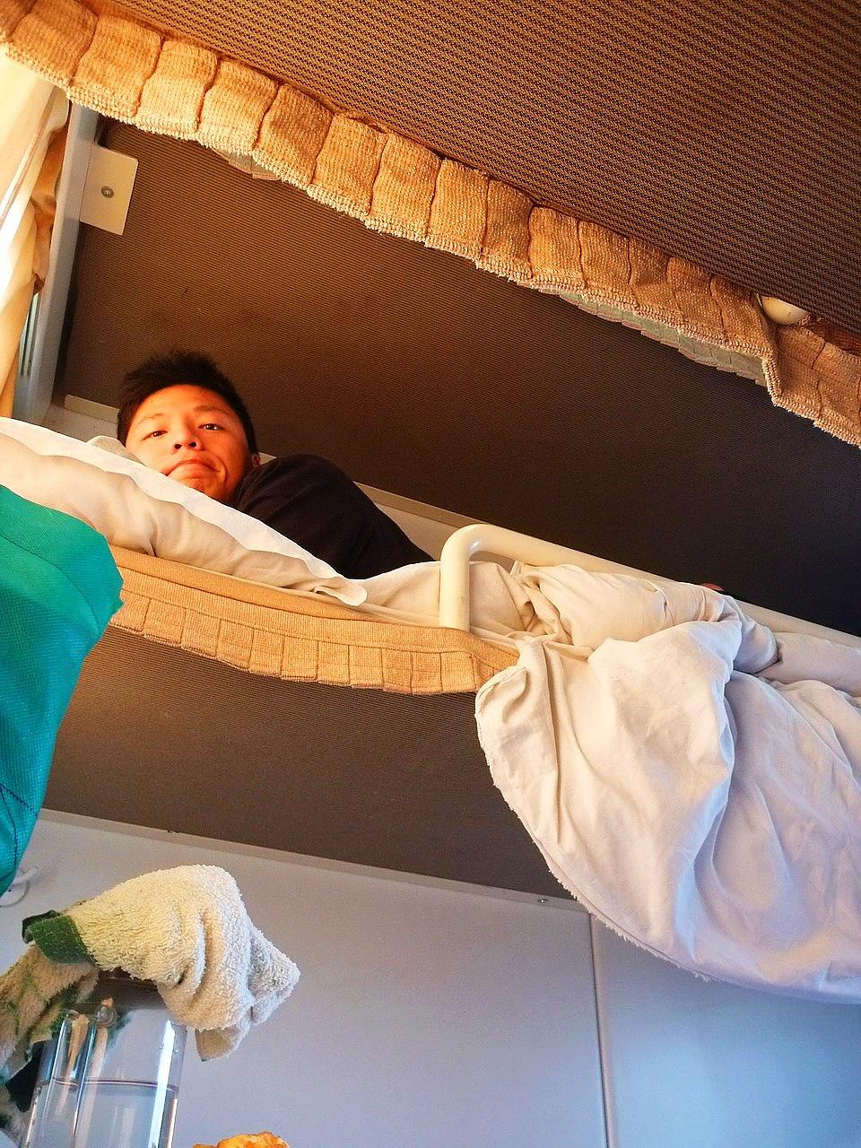 朋友睡在中舖,床鋪空間可坐起但須歪著頭