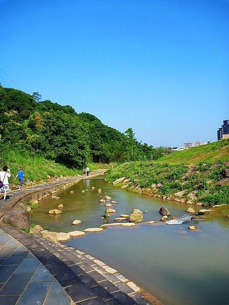這裡是防洪河道,水深不及腰,但就是沒那麼清澈就是了!