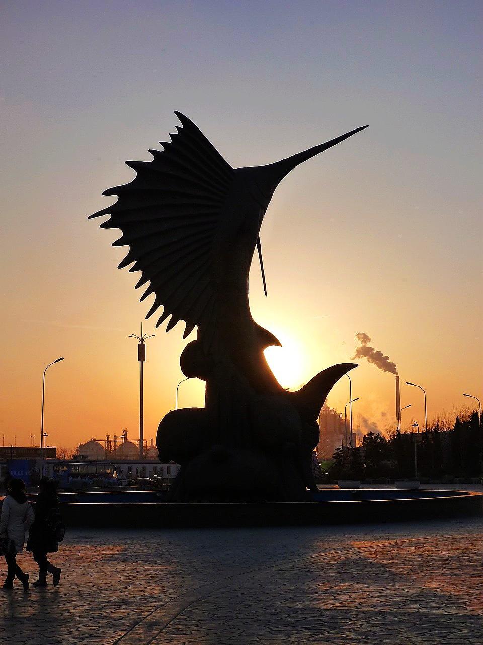 室外廣場的旗魚雕塑