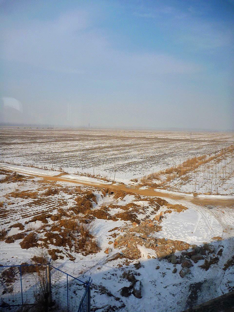 列車越往北,窗外的景色越雪白