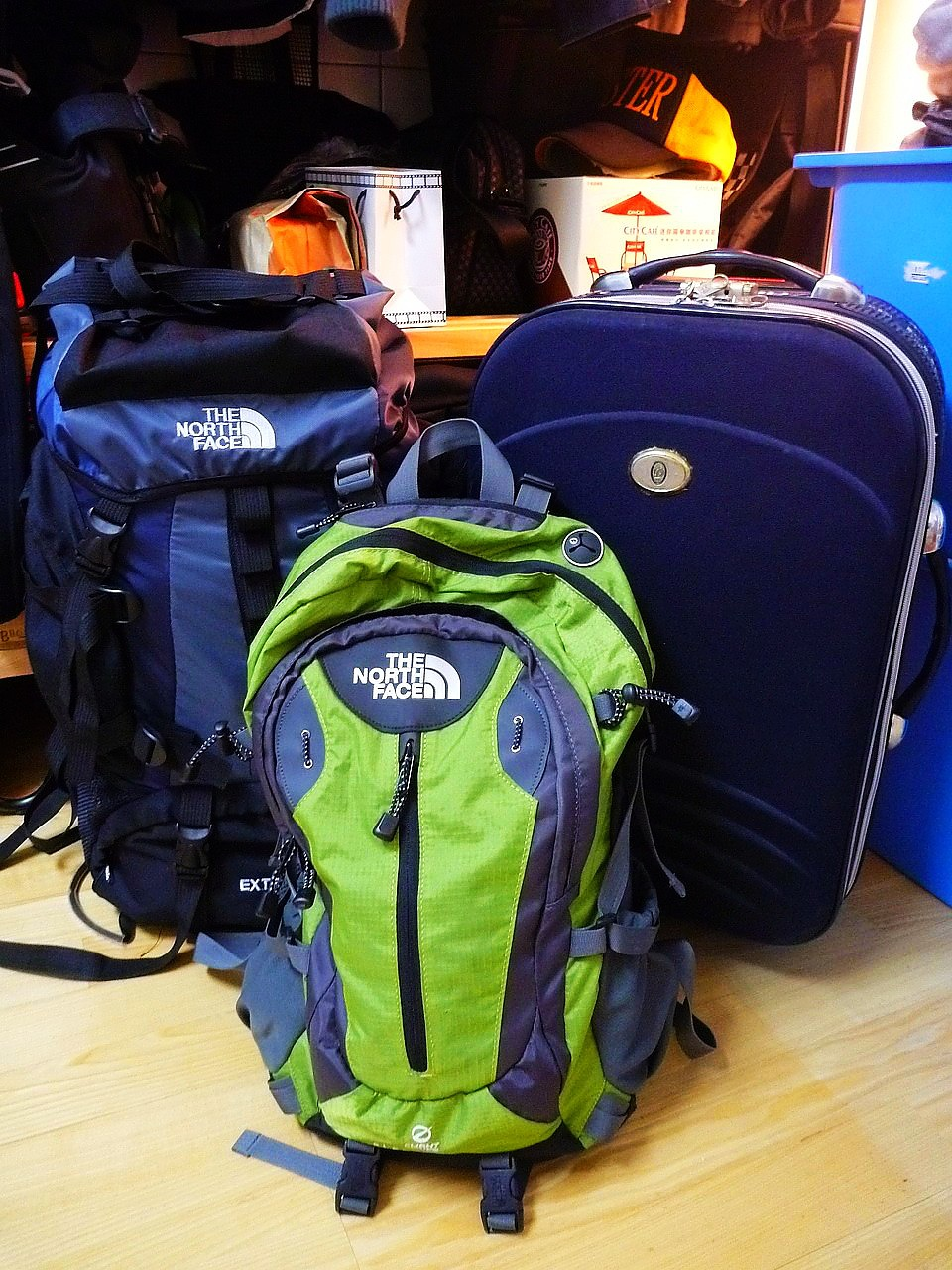這次行囊:小行李箱、大登山包、小後背包