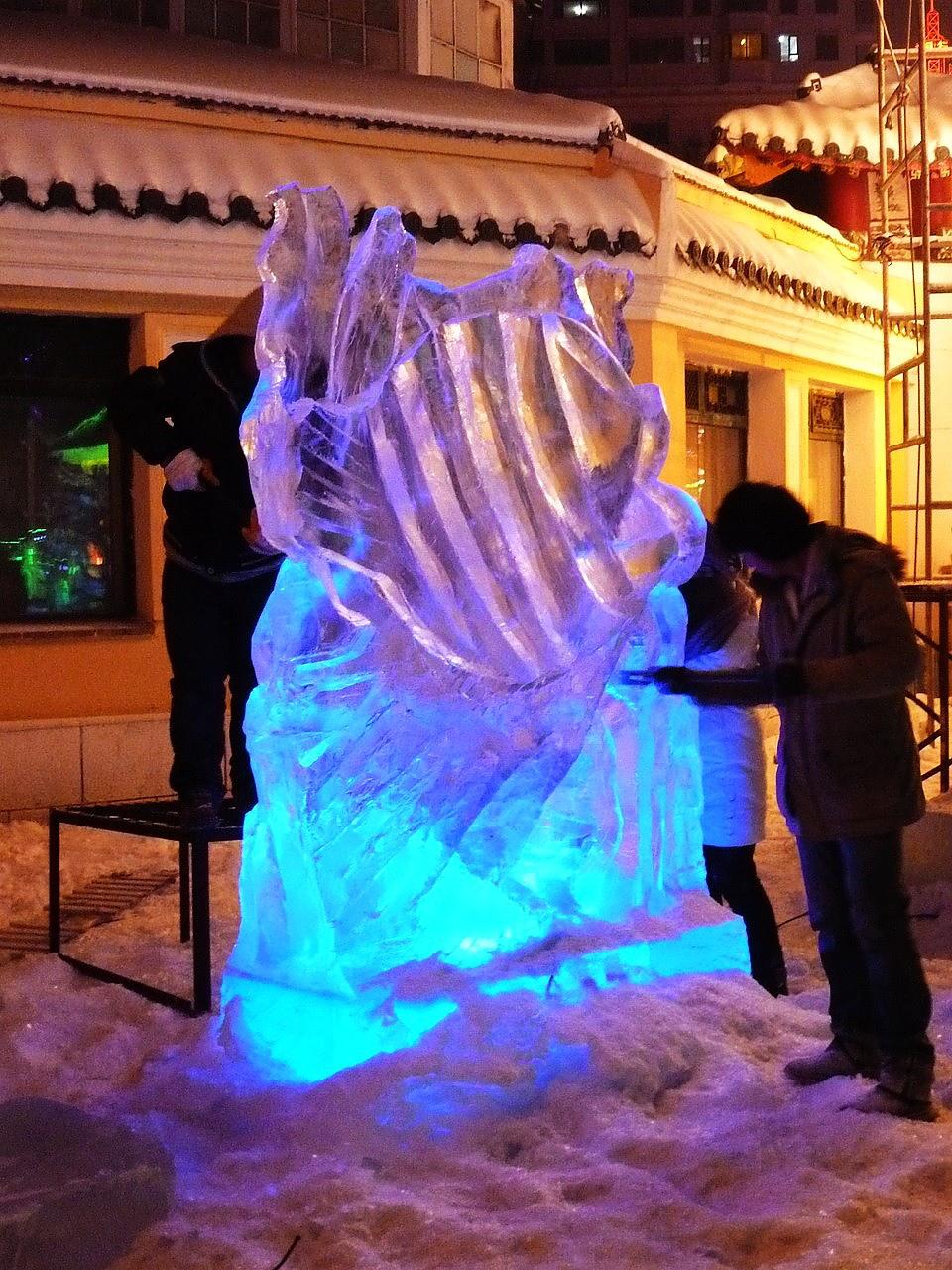 因為還在試營運,所以到處可見工作人員趕工雕冰雕