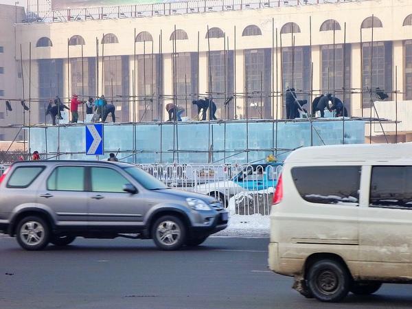 車站前的工人正在趕工迎賓冰雕