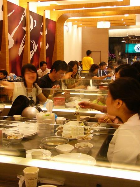 大家都忙著吃