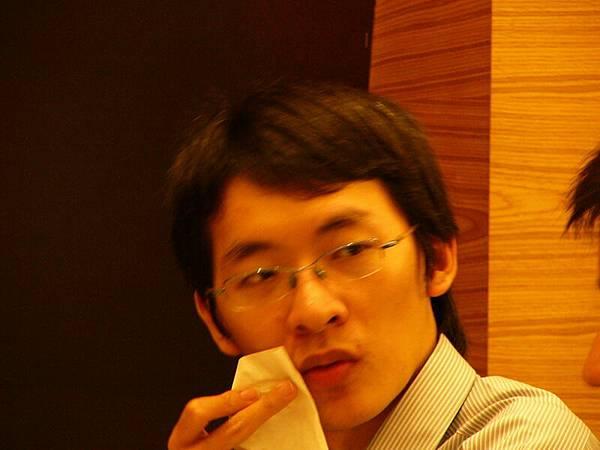 志成:吃完要記得擦嘴