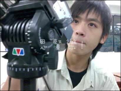小樂在弄什麼東西呢?是相機嗎?