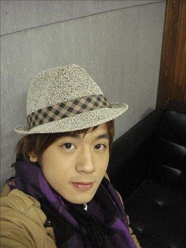 小樂很愛戴帽子拍照