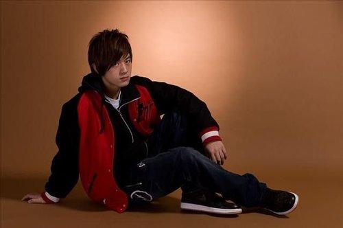 小樂坐在地上拍照