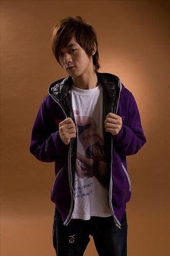 小樂很愛弄衣服拍照