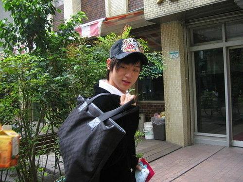 小樂背著背包要去錄影嗎?