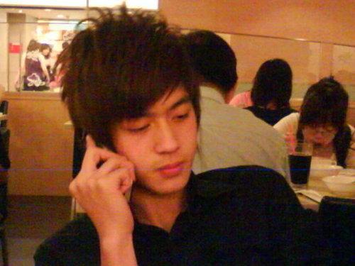 小樂在講電話.那誰在拍照啊!