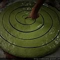 綠茶麵線~壓扁上油割成型.jpg