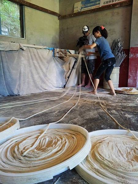 大愛台<沒有黑板的社會課>兩位大學生的手工麵線初體驗