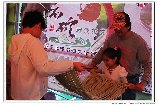 2010石碇文化節-手工麵線製作體驗-民眾拉手工麵線6.jpg