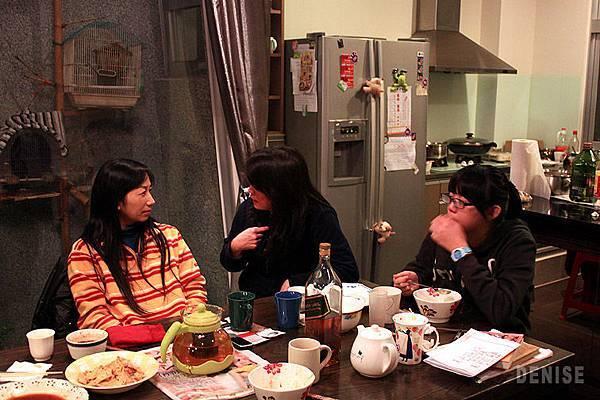 IMG_8665.jpg  女子組只好在一旁吃吃喝喝囉~