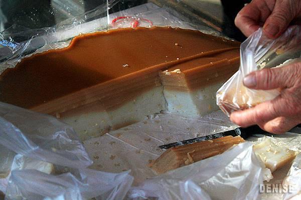 IMG_8989.jpg  這粿下層白色部分是鹹的油蔥粿,上層一層一層咖啡色的是甜的黑糖粿,全部炊疊起來就是宜蘭的九層糕(炊),甜甜鹹鹹的滋味非常特別。