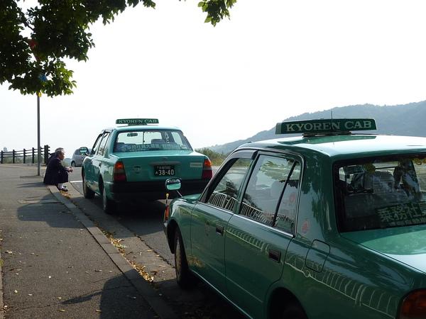 很喜歡這兩個司機伯伯與計程車的畫面