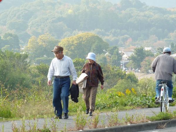 走回到往渡月橋方向的桂川河堤  許多老夫婦及騎自行車的人