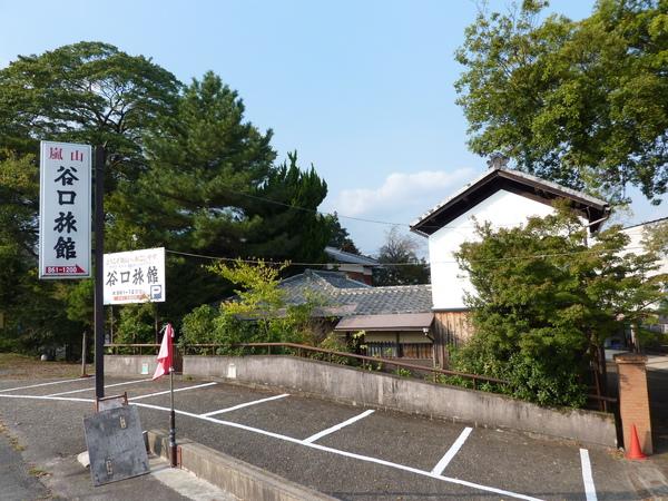 往嵐山渡月橋方向遇見谷口旅館