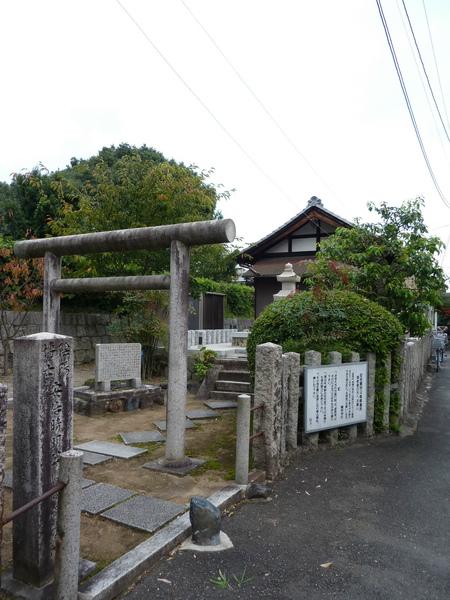 散步瀨戶川小徑 突然來場急雨  躲進神社才發現是安倍晴明公的嵯峨野墓所