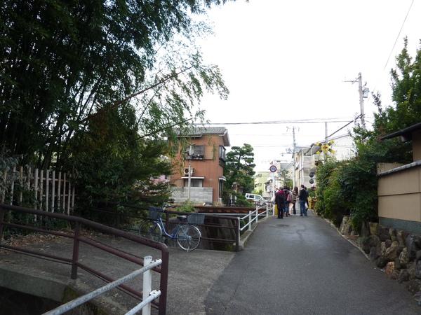 走出晴明公墓所 往前遇見嵯峨野小火車鐵路