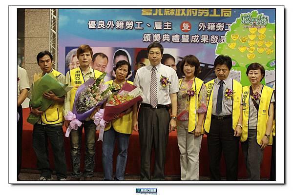 東南亞人力仲介同仁、獲獎外勞及雇主與台北縣勞工局局長合照