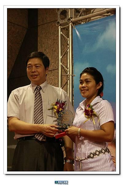 優秀外勞麗莎接受台北縣勞工局局長頒獎