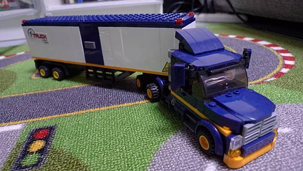 小魯班積木 模擬城市 M38-B0318 廂式重型貨櫃車【RMB $ 56】