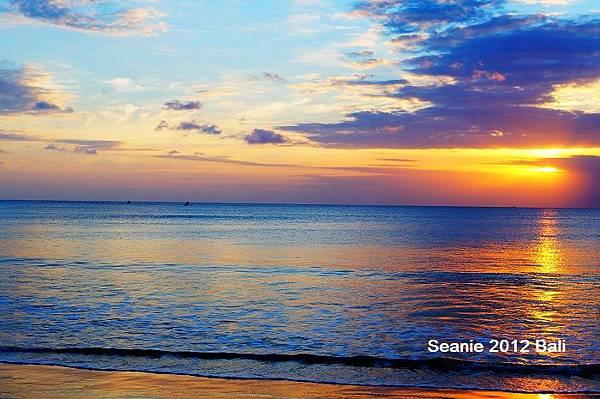 129漫步在沙灘上望著海面上的銀光閃爍