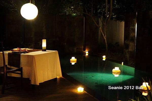 135回到Villa,工作人員已經將泳池蠋光晚餐佈置好了。