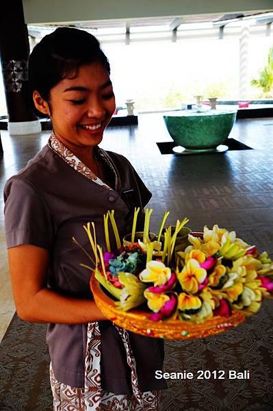 151笑容可掬的接待妹,在額頭黏上米粒送上小花,祝福一番