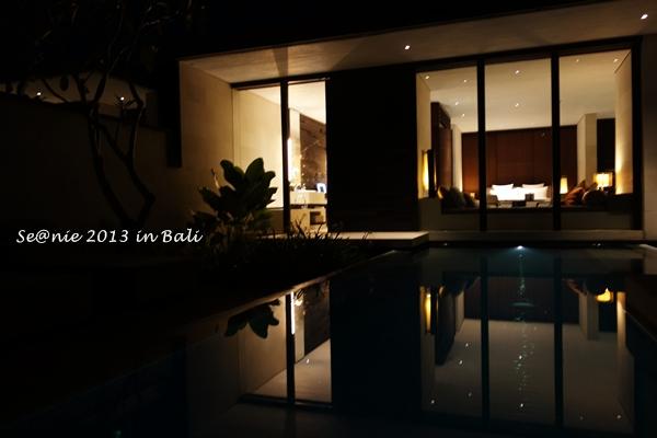06夜的黑襯著Villa內的溫馨