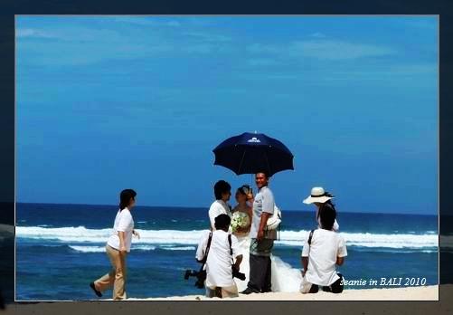 12海邊有新人在拍結婚照.jpg