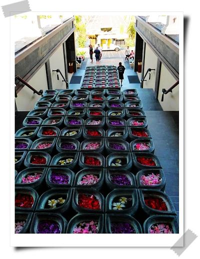 15 St. Regis誇張的花飾.jpg